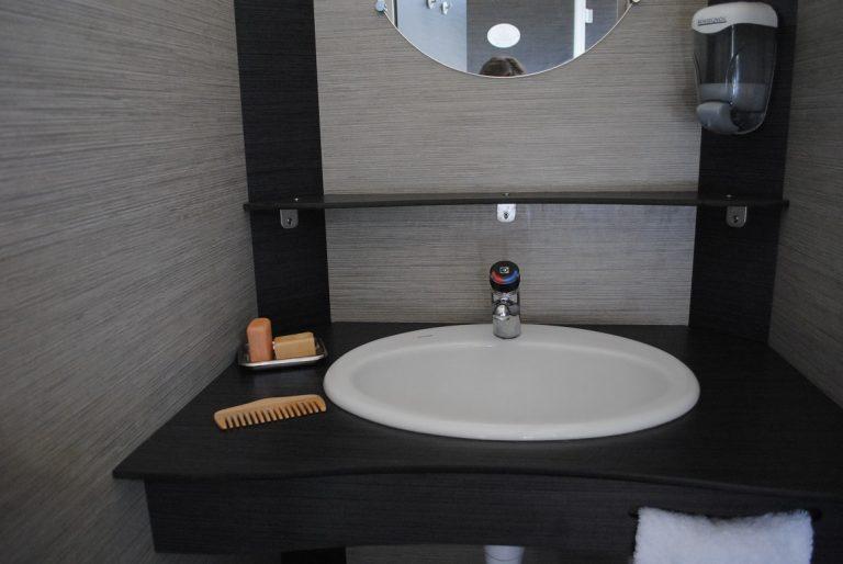 les-cercelles-cabine-lavabo